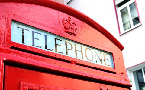 Die historische Telefonzelle wurde im Jahre 2014 frisch restauriert ihrer neuen Bestimmung übergeben: Als öffentlicher Bücherschrank am Alten Markt.