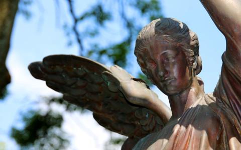 Der alte Böhler Park lädt mit seinen kleinen Pfaden und den wunderschönen historischen Grabstellen zum Spazierengehen ein – Parkmöglichkeiten an Kaiserstraße oder Lehmkuhler Platz vorhanden