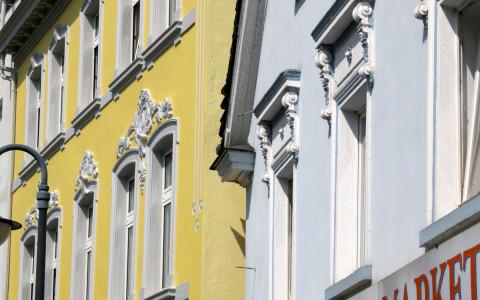 Historische Häuserfassaden am Maiplatz in der Innenstadt