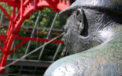 Bronzeskulptur eines Fallhammerschmiedes auf dem Alten Markt, Künstler: Waldemar Wien (* 11. Januar 1927 in Dortmund; † 12. Februar 1994 in Kierspe)