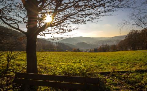 Malerischer Blick hinab ins Elsetal und auf Plettenberg. Foto: Simone Rein – www.srf-fotodesign.de
